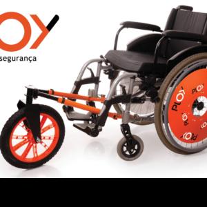 """num fundo branco o dispositivo ploy de acoplação à cadeira de rodas que se encaixa na cadeira de rodas e suspende as duas rodas dianteiras, uma roda na cor preta com detalhes interiores laranja e com 2 abraçadeiras também na cor laranja, de encaixe que acoplam à cadeira através de tubos. Na foto aparece o ploy encaixado uma cadeira de rodas preta com detalhes laranjas nas rodas, com o nome e marca ploy repetidos nas cores preta e branca. Acima na esquerda a logomarca com o nome ploy em preto e laranja e abaixo deste a frase: """"mobilidade e segurança"""" na cor preta. NO CANTO INFERIOR DIREITO A LOGO COLORIDA COM O NOME: """"PERNAS PRA QUE TE QUERO""""."""